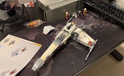 Foto del proceso de montaje del X Wing 75218 de LEGO