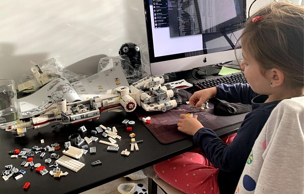 Montando la Tantive IV de LEGO con mi hija